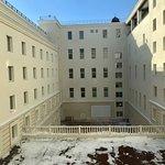 Внутренний двор похож на тюремный.