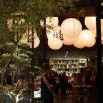 TATA Sushi localizado no bairro do Itaim, conta com decoração moderna para receber os clientes
