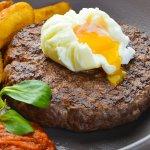 Бифштекс с яйцом пашот и деревенской картошкой