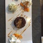 Fondant fort en chocolat, praline et glace pistache