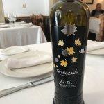 Bien situado; comedores varios y muy agradables,  con rico jamón y buen vino de la zona, sin dud