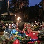 El espectáculo del Luau. Buena cena y show con fuego y danza.