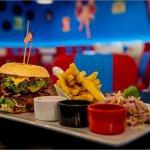Zestaw burger do wyboru, frytki amerykańskie surówka colesław i zestaw 3 sosów
