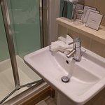 Das Bad: eng, aber modern, sauber und mit allem, was man braucht.