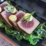 Salmón en una marinada clásica con ensalada de alga wakame