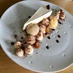 Table du restaurant et cheesecake vanille et marron