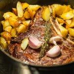 Une belle côte de boeuf cuit à la cocotte, à partager pour les plus gourmands !