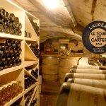 La cave à vins, accessible à tous pour passer un moment convivial au milieu des trésors à découv