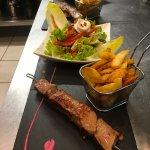 Assiette repas , brochette de boeuf, salade chèvre poivrons et frites maison