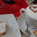 Szarlotka i cappuccino