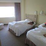 Habitación con dos camas dobles y vista al mar