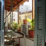 Вид из окна - винтовая лестница и общий балкон гостиницы