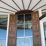 Puertas chiquitanas talladas a mano y de ocho metros de altura.