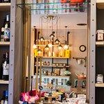 Tienda gourmet con productos como vinos, pastas italianas, galletas belgas, etc