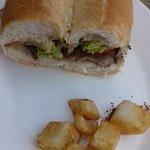 Sandwich en clásico pan de Valparaíso.