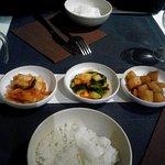 Les 3 accompagnements (kimchi = choux rouges), concombres et pommes de terres.