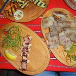links Hühnchennuggets im bekon, rechts Zunge in Butter (ezik v maslo)