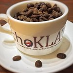 Una taza de utilería que muestra la calidad del café que se sirve en ChoKLTA