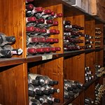 Vista de la cava de vinos con sus años de producción, increibles.