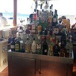 Bebidas à disposição em um dos bares da piscina
