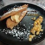 Croustillant de citron au sésame, mangue caramélisée