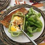 Oeufs cocottes, salade, baguette grillée : miam !