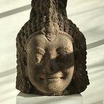 Die ausgestellte Kunst ist vielfältig, hier ein Kopf einer Büste aus Kambodscha