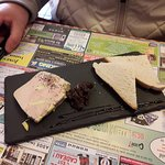 Foie gras confi d'oignon et toast grillé.
