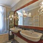 De Luxe Triple room bathroom