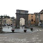 lo slargo con porta Albana e sulla dx la chiesetta di S.Bonaventura