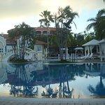 Vista de la piscina a primera hora, tranquilidad al amanecer.