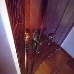 Detalle del resbalón de la puerta.