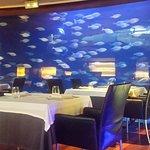 Imagen mesa junto a pared acuario