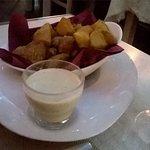 piedritas (patatas con salsa de queso)