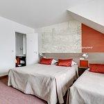 chambre triple, mini bar, plateau de courtoisie,bain,climatisation.