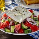 A fix étlapon kívül naponta változó menük érhetőek el ebédidőben.