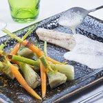 Loup écume de lard fumé et petits légumes de Provence à l'orange.