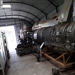le hangar de stockage de pièces d'avion et moteurs