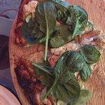 Pizza de salmón, queso de cabra y arúgula, delicious!