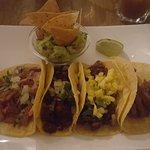 Tacos de porc confit, chorizo, al pastor (porc et ananas), arrachera (de gauche à droite)