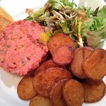Tartare de bœuf, salade et pommes de terre sautées