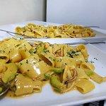 Paccheri με καλαμάρι, γαρίδες, αβοκάντο και σαφράν.
