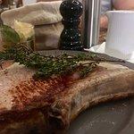 Mein Leibgericht im Ochsen: Tomahawk Steak vom Landschwein mit Thunfisch-Kapernsoße