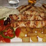 spiedini di pollo con pita, patate tagliate a mano, insalata greca e salsa tzatziki!