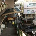 Las escaleras de acceso Skytrain Estación Nana, abajo la vereda de la avenida Sukhumvit