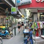 Avenida Sukhumvit y algun comercio callejero. Al lado izquierdo están los pilares del Skytrain