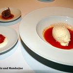 Reiseis auf dem Saft der roten Paprika, dazu geschmorte Mandarine und Mandarine + Rosenblätter