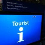 Toeristisch informatiepunt met de hotelreceptie