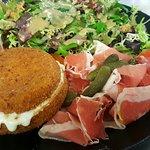 L'assiette de L'Ours, Reblochon pané, jambon de Savoie et Salade
