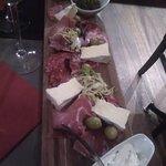 La planche de charcuterie/fromages a 12€